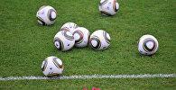 Футбольныя мячы на полі
