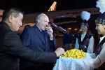 Цветы, боорсоки и объятия. Кадры встречи Лукашенко в Кыргызстане