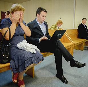 Адвокат Александр Галиев и мать Птичкина в суде