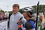 Спортивный комментатор Дмитрий Губерниев берет интервью у победителя Гонки легенд Сергея Тарасова