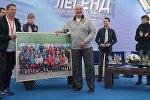 Звезды мирового биатлона вручили подарки президенту