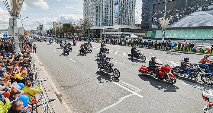 Лукашенко «закрыл» мотосезон, возглавив колонну байкеров вМинске