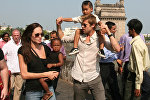 Анджелина Джоли с приемной дочерью Захарой и Брэд Питт с приемным сыном Mэддоксом