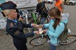 Старший инспектор агитации и пропаганды Фрунзенского ГАИ Алёна Волчек вручила велосипедистам, отказавшимся от авто, фрукты и сувениры