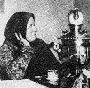 Русский поэт Сергей Есенин с матерью