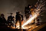 Сотрудники пожарно-спасательных подразделений МЧС на месте пожара, архивное фото