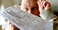 Минчанин изучает тарифы на услуги ЖКХ