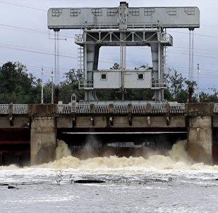 Как происходит сброс воды из переполненного Нарвского водохранилища