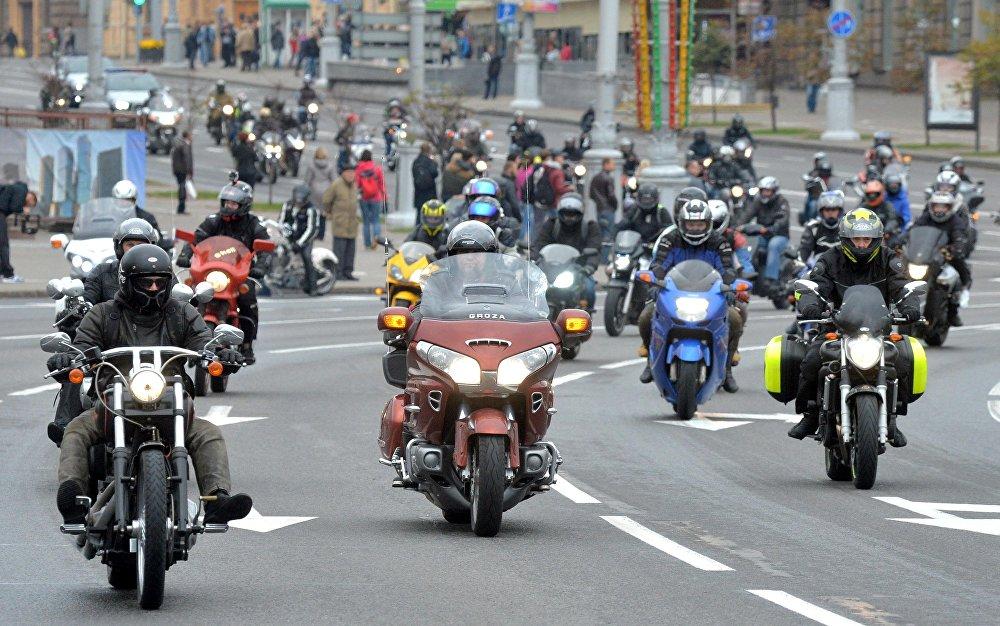 Колонна байкеров, стартовавшая от Кургана Славы проехала по проспекту Независимости до Дворца спорта