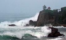 Высокие волны на пляже Коти