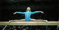 Ольга Корбут выполняет упражнение на бревне