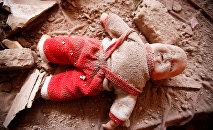 Детская кукла на месте взрыва в Йемене, архивное фото