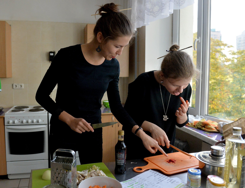 Белорусские студентки пробуют свои силы в приготовлении китайского блюда
