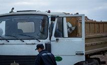 Сотрудники Следственного комитета работают на месте гибели школьницы на картофельном поле под Молодечно