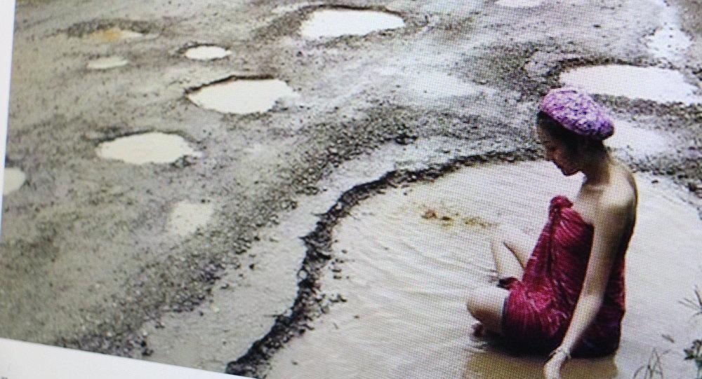 Тайские модели взнак протеста искупались в уличных ямах