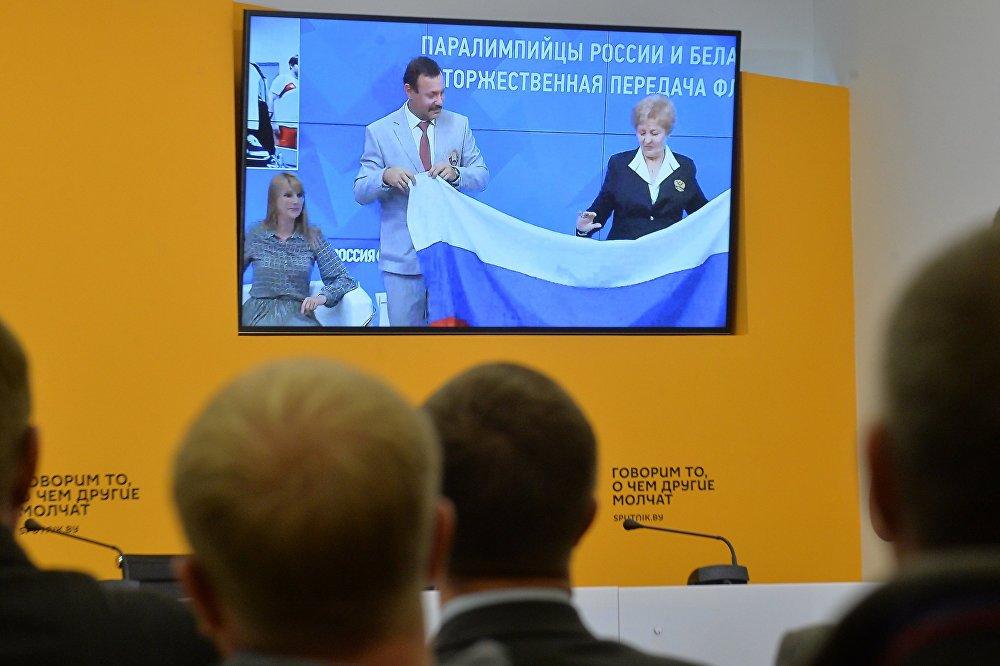 Белорусы передали российский флаг паралимпийцам из РФ