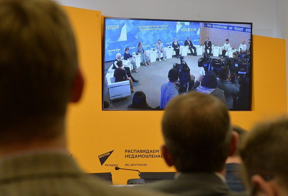 Белорусская делегация передала паралимпийцам из РФ российский флаг