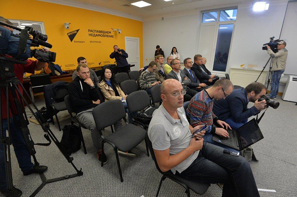 Участники телемоста в режиме онлайн в мультимедийном пресс-центре Sputnik в Минске