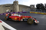 Болид Формулы-1 на трассе в Баку