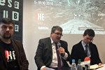 Заместитель главы Представительства ЕС в Беларуси Джим Казанс (в центре)