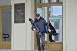 Видеооператор выходит из Дома правительства