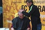Андрей Аршавин бреет налысо журналиста