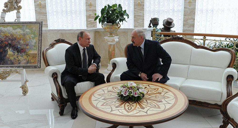 Лукашенко поздравил Владимира Путина сднём рождения