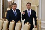 Председатель правительства РФ Дмитрий Медведев (справа) и премьер-министр Беларуси Андрей Кобяков