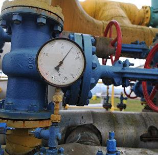 Манометр и вентиль на объекте газокомпрессорной станции