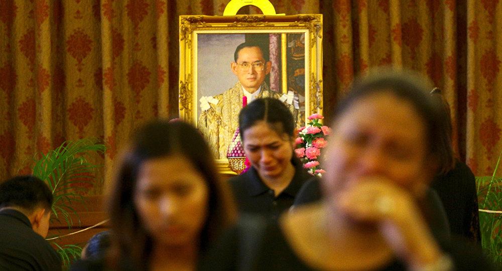Скорбящие граждане у портрета короля Таиланда