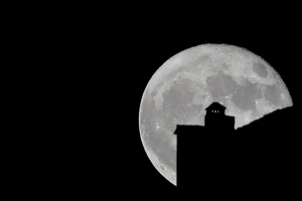 Петербуржцы минувшей ночью могли наблюдать суперлуние