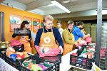 Президент Литвы Даля Грибаускайте на складе Продовольственного банка