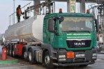Топливо с резервуаров сливают в автомобили, которые доставляют его на АЗС