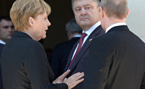 Президент России Владимир Путин, президент Украины Петр Порошенко и канцлер ФРГ Ангела Меркель (справа налево)