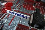 Тележка из супермаркета Carrefour, архивное фото