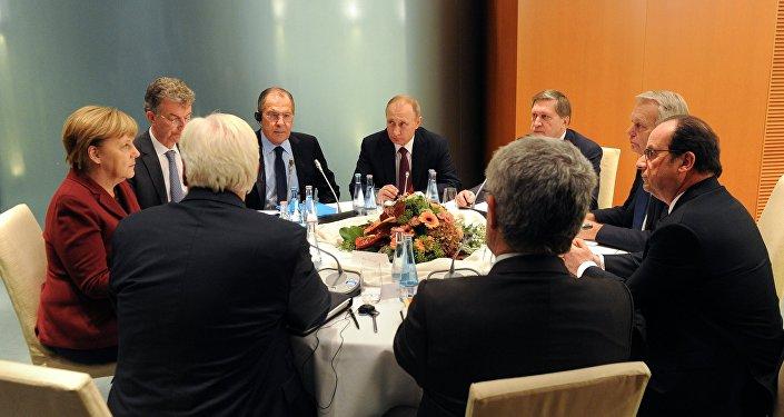 Олланд призвал продолжить наибольшее давление на РФ посирийскому вопросу