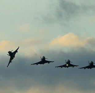 Истребители в воздухе, архивное фото