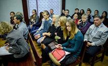Родственники, знакомые потерпевшего и обвиняемого, журналисты накануне заседания