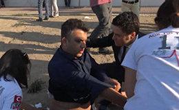 СПУТНИК_Медики оказывают первую помощь пострадавшим после взрыва на парковке в Анталье