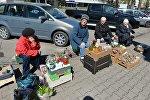 Пенсионерки, торгующие на улице