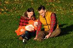Молодая семья с ребенком, архивное фото