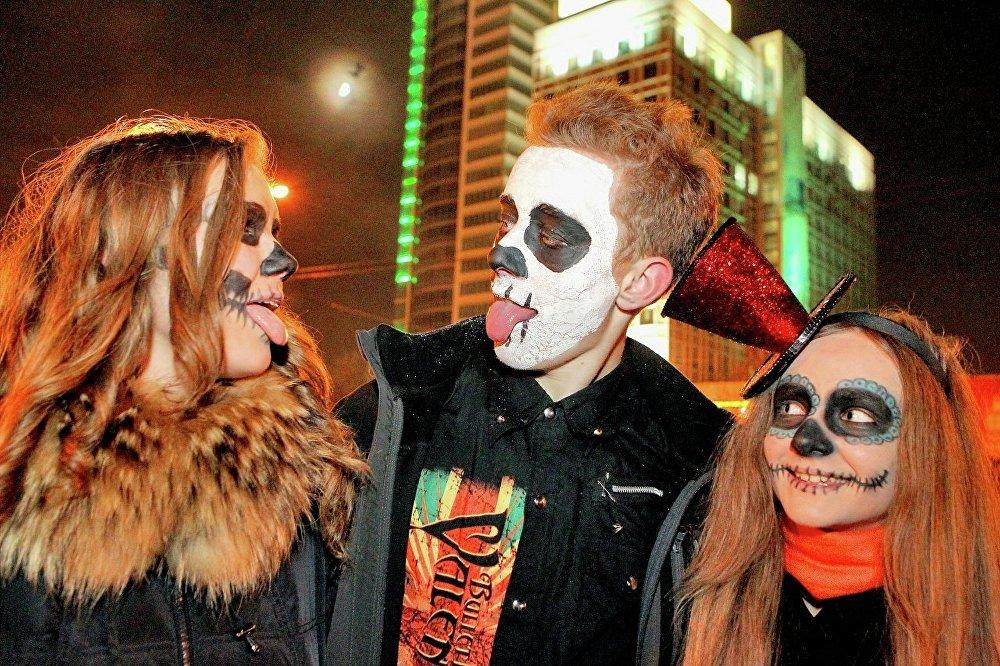 Молодые люди в ночь на Хэллоуин