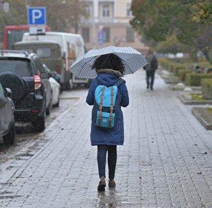 Девочка под зонтом, архивное фото