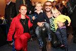Певец Никита Джигурда с супругой фигуристкой Мариной Анисиной и их детьми