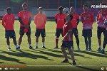 Бразильский фристайлист развлекает игроков мюнхенской Баварии