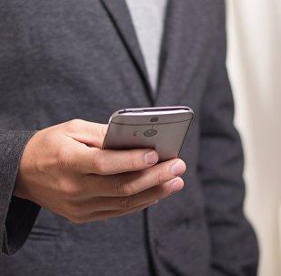Мужчина с телефоном, архивное фото