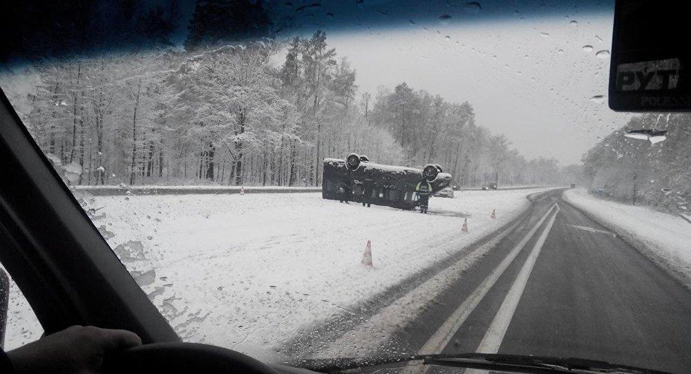 ВБуда-Кошелевском районе опрокинулся рейсовый автобус, погибла одна пассажирка