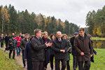 Экскурсовод рассказывает гродненскому губернатору и польскому маршалку об изюминках Августовского канала
