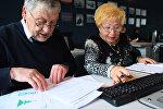 Пенсионеры проходят обучение на курсах компьютерной грамотности