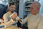 Создатель протеза программист Олег Гальцев и его отец